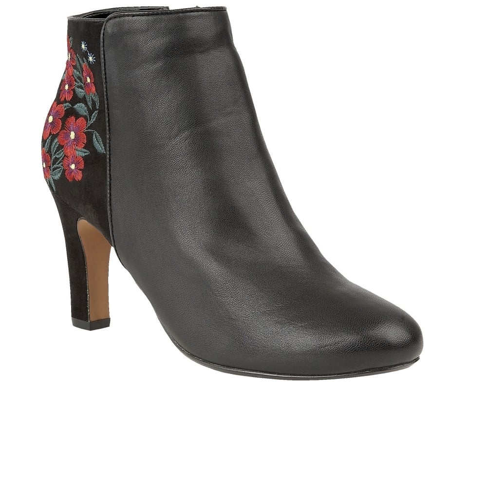 Womens Short Dress Boots Take a look at our collection of short dress boots for women below and you will find selections that will suit your style no matter weather. Whether you are looking for more of a casual style or a look that can take you to the office, we have just the right options for you.